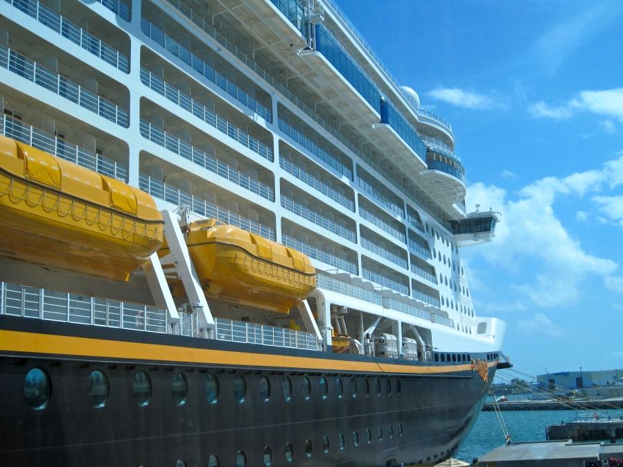 Beeindruckende Größe: Die Disney Fantasy vor Anker in Port Canaveral