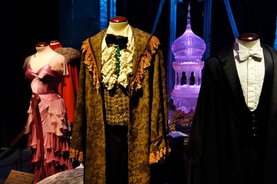 """In der großen Halle warten Festkleider aus """"Harry Potter und der Feuerkelch"""" auf die Besuchen"""