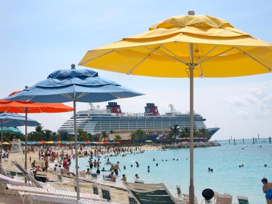Für Familien geeignet: Family Beach auf Castaway Cay mit Blick auf die Disney Fantasy